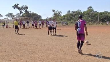 Domingo de futebol no campinho da Vila Fernanda, em Campo Grande - Partida no terrão teve até pedido de música. Artilheiro fez três gols.