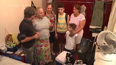 Jairo de Sender vai à casa da Dona Maria das Graças - Costureira apresenta sua casa para a equipe do 'Dando um Retoque' e se prepara para ficar 48h fora