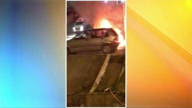 Criminosos ateiam fogo em carro de policial militar em Governador Valadares - Veículo estava estacionado próximo a casa do policial; três suspeitos foram detidos e negaram participação no crime.