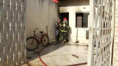 Em Governador Valadares, Corpo de Bombeiros combate incêndio e casa é isolada após chamas - Causa do incêndio não foi identificada e nenhum morador estava na casa no momento; cômodos da residência foram atingidos pelo fogo e o local precisou ser isolado.