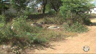 Homem que morreu durante trabalho em tubulação de esgoto em Caruaru é velado - Vítimas realizavam uma manutenção de rotina no sistema de esgotamento sanitário na Vila Kennedy.