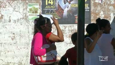 Passageiros de transporte coletivo reclamam da falta de paradas de ônibus em Timon - População reclama da falta de paradas de ônibus, e, onde elas existem, os abrigos não protegem as pessoas.