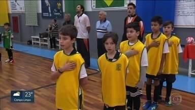 """Crianças disputam campeonato de futebol no Tatuapé com camisetas de seleções - O campeonato está muito disputado e cada time representa uma nação. Para não ter briga, é feito um sorteio entre a criançada. O primeiro jogo foi um """"clássico"""" entre Brasil e Alemanha."""