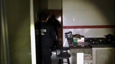Suspeitos de fraudar contas de energia elétrica em Goiás são presos - Dez pessoas haviam sido presas pela manhã. Polícia disse que grupo transferia dívidas para pessoas mortas.