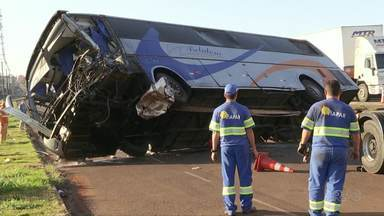 Ônibus bate em caminhão e mata uma pessoa em Marialva - O motorista do ônibus morreu na hora e 13 passageiros ficaram gravemente feridos.