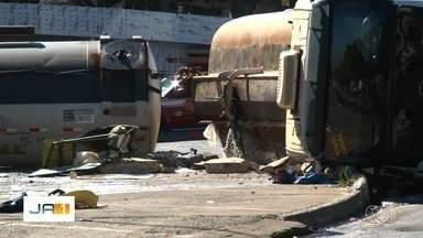 Caminhão-tanque tomba em Goiânia, e energia é cortada após vazamento de etanol - Acidente foi na Avenida Anápolis, no Parque Amendoeiras. Havia risco de explosão.