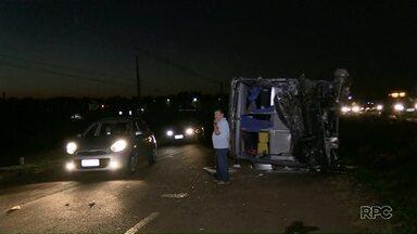 Acidente com ônibus em Maringá deixa uma pessoa morta e várias feridas - Os passageiros voltavam de atendimentos médicos em Curitiba.
