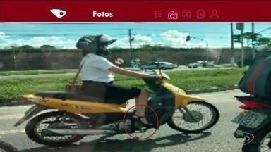 Mulher é flagrada dirigindo moto de salto alto, no Norte do ES - Vídeo foi enviado pelo aplicativo da TV Gazeta.