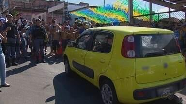 Homem é morto a tiros quando dirigia carro na Zona Leste de Manaus - Vítima foi abordada por criminosos quando trafegava em carro pelo bairro Coroado, na tarde desta quarta (4).