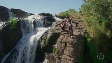 Rômulo e Edmundo se divertem na cachoeira - Os irmãos conversam sobre Josephina e o futuro