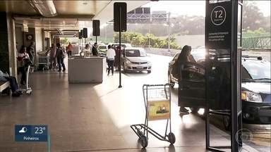 Motoristas burlam taxímetro e os aplicativos de viagem em Cumbica e na rodoviária do Tietê - O aeroporto de Cumbica, em guarulhos, está fazendo uma campanha para alertar passageiros sobre os riscos do transporte clandestino. Tanto no aeroporto como na rodoviária do Tietê, motoristas oferecendo corridas de forma irregular.