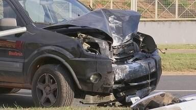 Carro bate em poste e deixa mulher ferida em Itapetininga - Acidente foi na avenida Ciro Albuquerque, na área central. Vítima estava como passageira do veículo e foi socorrida com ferimentos leves, dizem bombeiros.