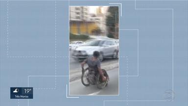 Resultado de imagem para Cadeirante desce avenida de BH em faixa de trânsito