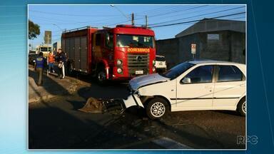Carro capota em acidente no Jardim Carvalho em Ponta Grossa - O acidente envolveu três carros. Uma pessoa teve ferimentos leves e foi encaminhada pra Santa Casa. E outras quatro pessoas recusaram atendimento médico.