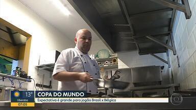 Bares e restaurantes estão preparados para jogo entre Brasil e Bélgica - Nas ruas, a expectativa dos torcedores para o jogo é grande.