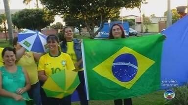 Moradores de Vitória Brasil se reúnem para assistir ao jogo da Seleção Brasileira - Quando tem jogo da Seleção Brasileira, tem também torcida especial em Vitória Brasil (SP). Os moradores da cidade se reúnem para assistir ao jogo nesta sexta-feira (6) pelas quartas de final.