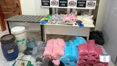 Polícia apreende drogas em refinaria em Guaratinguetá - Droga estava escondida em área de mata.