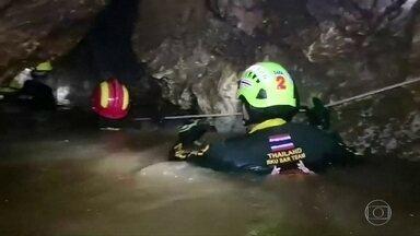 Mergulhador morre em resgate de garotos presos em caverna - 12 garotos de um time de futebol e o treinador estão presos há 2 semanas em caverna da Tailândia.