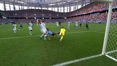 Lloris faz a defesa em cabeçada e Suárez não chega na bola aos 13 do 1º tempo - Lloris faz a defesa em cabeçada e Suárez não chega na bola aos 13 do 1º tempo