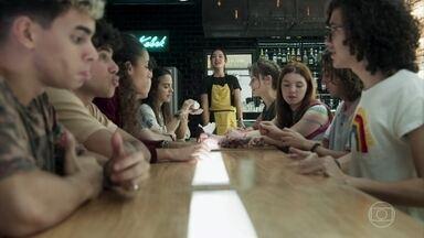 A galera recebe um barco de comida japonesa de presente - Jade ensina os amigos que nunca comeram com hashis