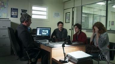 O delegado avisa que Clarissa e o pai de Carol incriminaram Alex - Ele diz que a situação do rapaz está cada vez mais grave