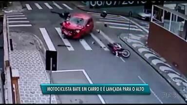 Motociclista bate em carro e é lançada para o alto - A moto cruzou a preferencial em um cruzamento no centro de Ponta Grossa. Ela teve apenas ferimentos leves e está em observação no Hospital Bom Jesus.