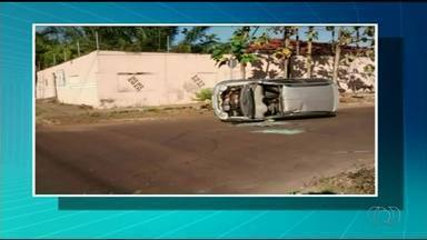 Motorista de 78 anos escapa sem ferimento após capotar em Araguaína - Motorista de 78 anos escapa sem ferimento após capotar em Araguaína