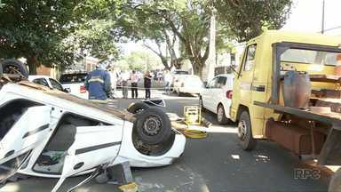 Carro capota na zona 2 em Maringá - Motorista fraturou o braço
