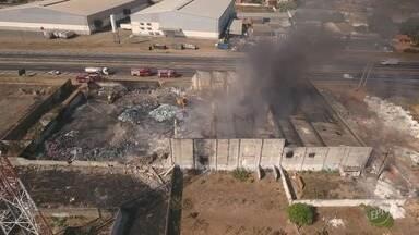 Corpo de Bombeiros consegue controlar incêndio em galpão de recicláveis em Hortolândia - Fogo começou no final da tarde desta quinta-feira (5).