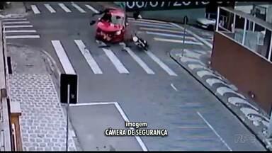 Motociclista bate em carro e voa em Ponta Grossa - No carro, havia uma criança