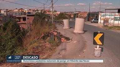 Motoristas e pedestres reclamam de situação perigosa em trecho que dá acesso à BR-040 - Parte da pista cedeu na última temporada de chuva em Ribeirão das Neves e até hoje não foi recuperada.