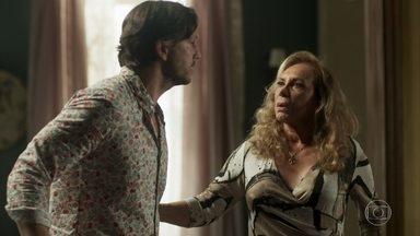 Remy se prepara para viajar com Karola, e Naná desconfia - Após guardar o carregamento de drogas, Remy não consegue esconder o nervosismo