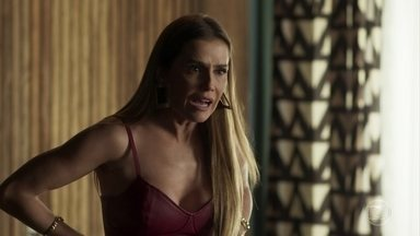 Desesperada, Karola pede socorro a Laureta - Após ver o vídeo íntimo gravado por Remy, Karola não vê alternativa a não ser pedir socorro a Laureta