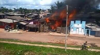 Incêndio atinge casas perto de conjunto habitacional na Zona Sul de Macapá - Corpo de Bombeiros controlaram as chamas na tarde deste domingo (8). Incêndio iniciou por volta de 12h, no bairro Buritizal.