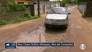 Moradores do Alto da Conquista reclamam de buracos na comunidade, em Olinda - Prefeitura afirmou, em nota, que vai seguir para o local para analisar as condições da rua.