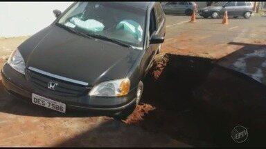 Carro cai em 'cratera' deixada pelo Daerp no bairro Ipiranga em Ribeirão Preto - Motorista passava pela Rua Américo Batista e disse que não viu o buraco.