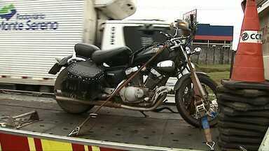 Motociclista bate atrás de caminhão e fica ferido na BR-376 em Ponta Grossa - Acidente foi na manhã desta segunda-feira (09).