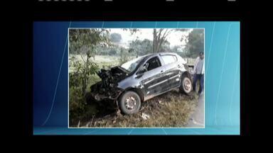 Carro bate em árvore e dois homens morrem na BR-116, em Santa Rita de Minas - PRF acredita que motorista tenha dormido ao volante; os dois ocupantes morreram no local, mas ainda não serão esclarecidas.