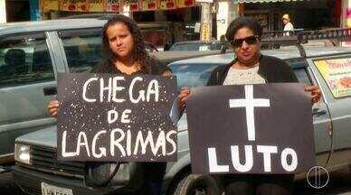 Familiares e amigos dos pais de bebês que morreram em hospital protestam em Petrópolis - Assista a seguir.