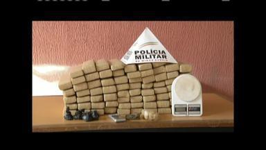 Polícia apreende cerca de 80 kg de maconha no Bairro Bethânia, em Ipatinga - Polícia encontrou ainda cinco porções de cocaína e balanças; barras de maconha estavam enterradas em uma vegetação.