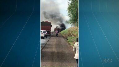 Carreta pega fogo na PR-323 - Uma caminhonete que estava em cima da carreta foi destruída pelas chamas