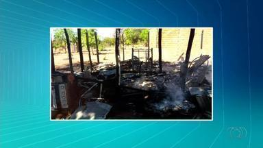 Casa de madeira é destruída por incêndio em Araguaína - Casa de madeira é destruída por incêndio em Araguaína