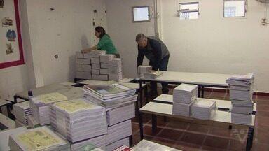 Alunos e professores da Etec de Guarujá realizam mutirão de limpeza - Ação foi realizada na nova sede da instituição na cidade.