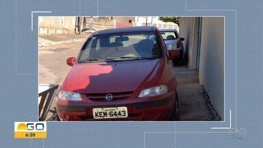 Carro é flagrado estacionado sobre calçada, em Goiânia - Situação ocorreu no Bairro Água Branca.