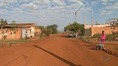 Moradores cobram asfalto há 10 anos no Jardim Santa Fé em Jardinópolis, SP - Terra e poeira prejudicam a saúde, dizem vizinhos.
