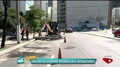 Trecho da Avenida Vitória é interditado para manutenção da rede de esgoto - Pista interditada fica entre a Curva do Saldanha e o Colégio Estadual.