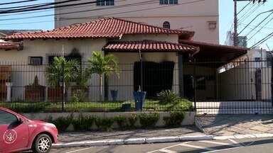 Justiça autoriza que pastora seja transferida para presídio no ES - Juliana Sales, mãe dos meninos Kauã e Joaquim, está presa em Minas Gerais. Ela foi detida por omissão no caso da morte dos filhos.