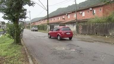 Moradores de São Vicente reclamam de buracos na Linha Vermelha - Problema atrapalha a vida da população da Vila São Jorge e de outros bairros da cidade.