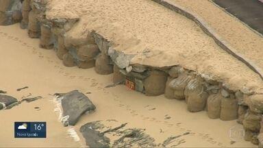 Ressaca na praia da Macumba expõe sacos de cimento na contenção da orla - E na praia do Arpoador, as ondas fortes deixaram a areia totalmente coberta de lixo.