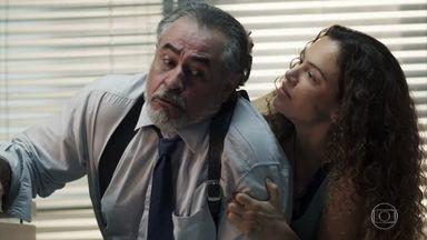 Selma dá surra no delegado Viana e se apresenta como a mulher de Maura - Doralice não gosta de ver Maura cuidando de Ionan no hospital
